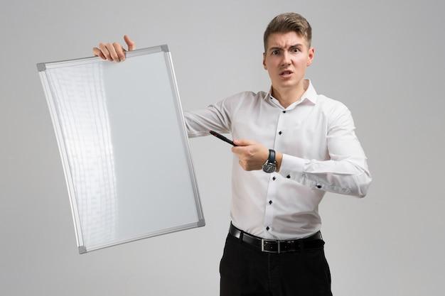 Retrato de jovem com placa magnética limpa e marcador nas mãos