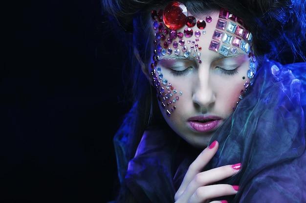 Retrato de jovem com rosto criativo, imagens de halloween.