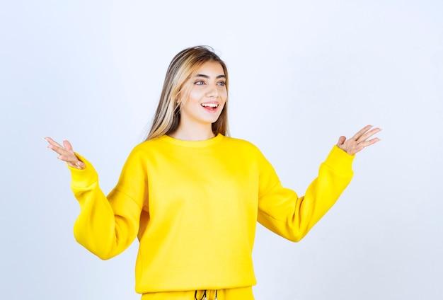 Retrato de jovem com roupa amarela posando e em pé
