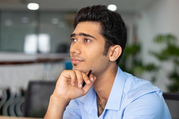 Retrato, de, jovem, concentrado, homem negócios, ou, estudante, em, escritório