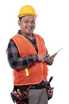 Retrato, de, jovem, construtor, de, vista lateral, segurando, tablete digital