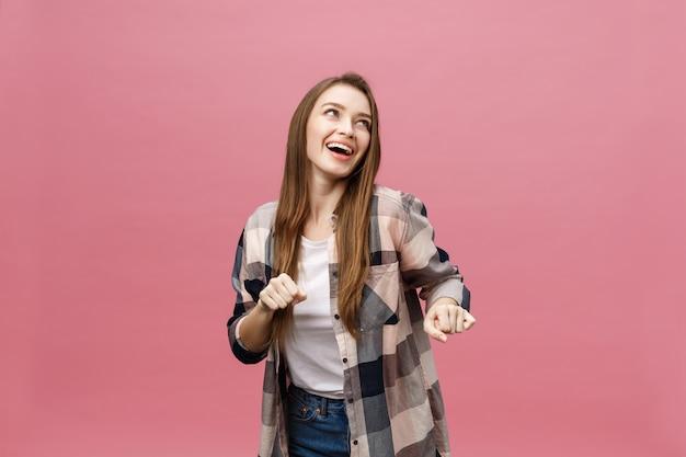 Retrato de jovem dançando com expressão facial inspirada