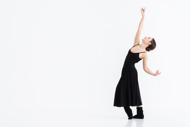 Retrato de jovem dançando com graça