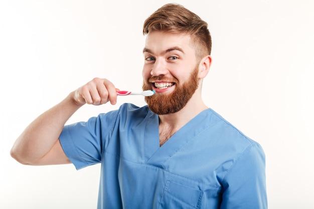Retrato de jovem dentista ensinar paciente como escovar os dentes