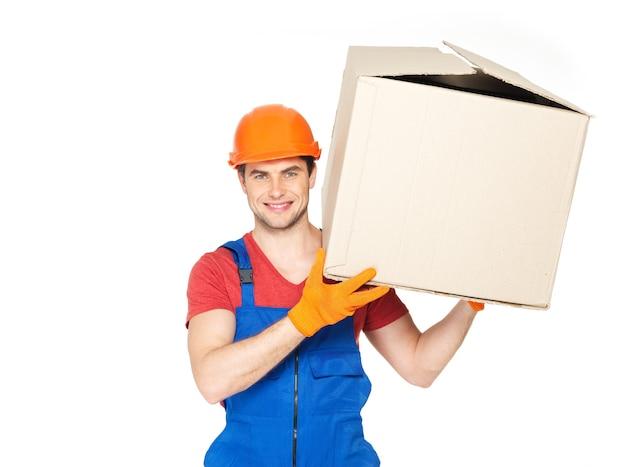 Retrato de jovem e bonito entregador com caixas de papel isoladas em branco