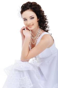 Retrato de jovem e linda noiva caucasiana - isolado no branco
