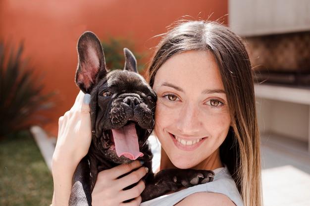 Retrato de jovem e seu filhote de cachorro bonito