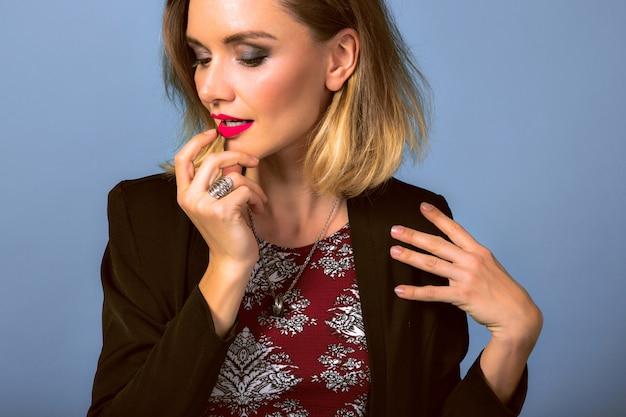 Retrato de jovem elegante com maquiagem brilhante e blazer escuro