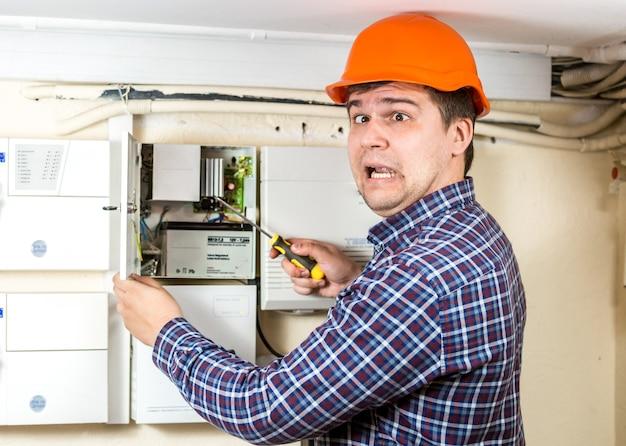 Retrato de jovem eletricista que levou um choque de alta voltagem enquanto consertava o sistema elétrico