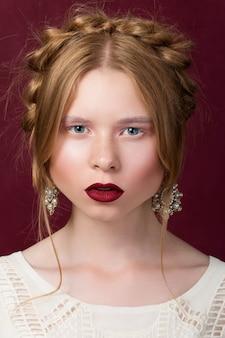 Retrato de jovem em estilo russo de beleza olhando para a câmera