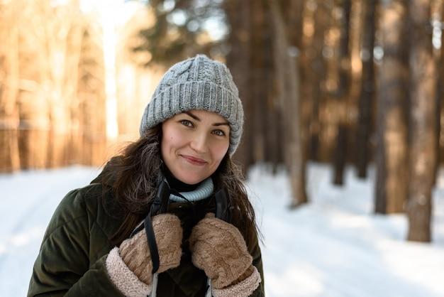 Retrato de jovem em roupas de inverno na floresta