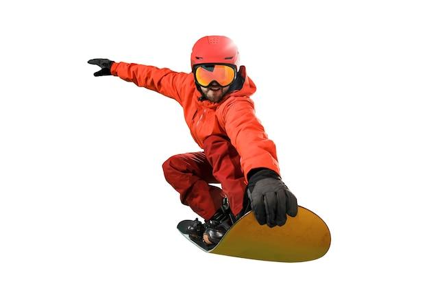 Retrato de jovem em roupas esportivas com snowboard isolado em um fundo branco do estúdio. o inverno, esporte, snowboard, snowboarder, atividade, conceito extremo