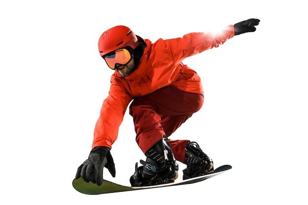 Retrato de jovem em roupas esportivas com snowboard isolado em um fundo branco do estúdio