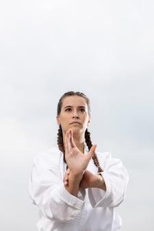 Retrato de jovem em traje de arte marcial