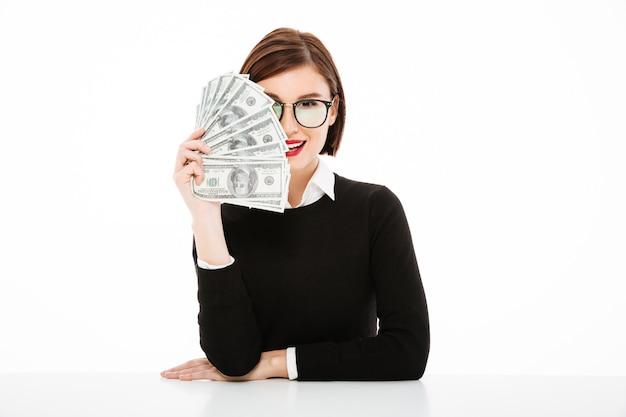 Retrato de jovem empresária com dinheiro