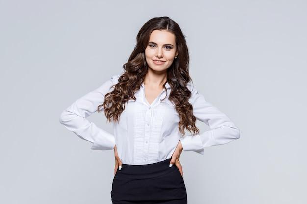 Retrato de jovem empresária feliz moderna em traje clássico