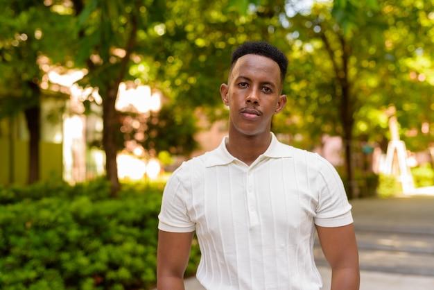 Retrato de jovem empresário africano confiante vestindo roupas casuais