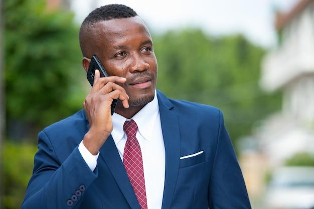 Retrato de jovem empresário africano na rua ao ar livre
