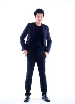 Retrato de jovem empresário em terno preto na parede branca