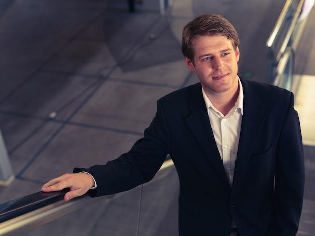 Retrato de jovem empresário escandinavo bonito no aeroporto da cidade