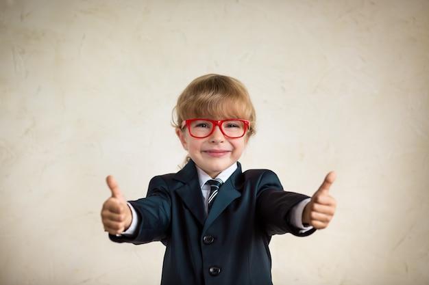 Retrato de jovem empresário feliz mostrando o polegar para cima sucesso e conceito criativo