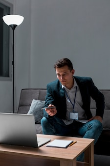 Retrato de jovem empresário trabalhando à noite
