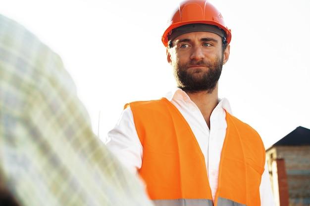 Retrato de jovem engenheiro civil com capacete de segurança