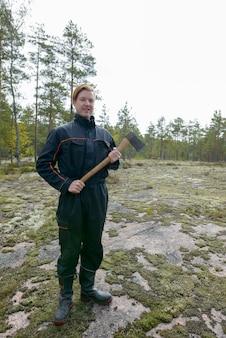Retrato de jovem escandinavo bonito pronto para a colheita na floresta ao ar livre