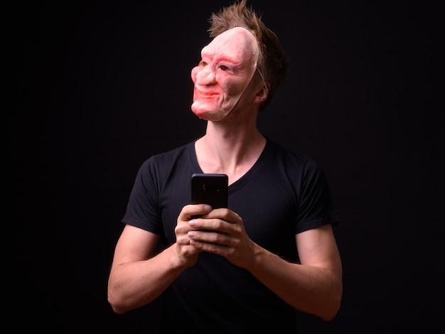Retrato de jovem escandinavo usando máscara preta