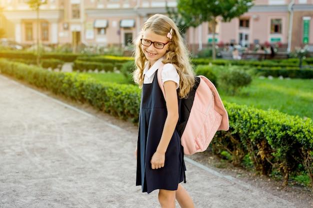 Retrato de jovem estudante bonita no caminho para a escola