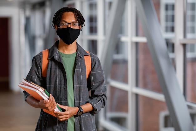 Retrato de jovem estudante com máscara médica