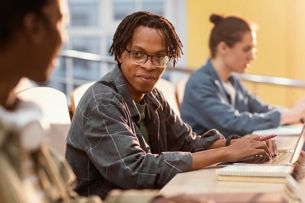 Retrato de jovem estudante em sala de aula