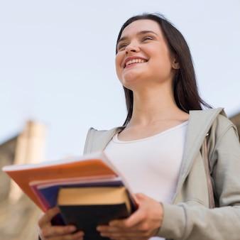 Retrato de jovem estudante feliz por estar de volta à universidade