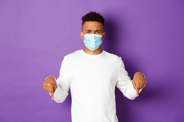 Retrato de jovem expressivo usando máscara médica