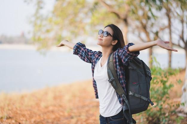 Retrato, de, jovem, feliz, mulher asiática, viajantes, mochileiro, braços abertos, com, relaxante, emoção