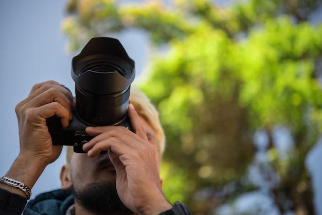 Retrato de jovem feliz, turistas com câmera na montanha.