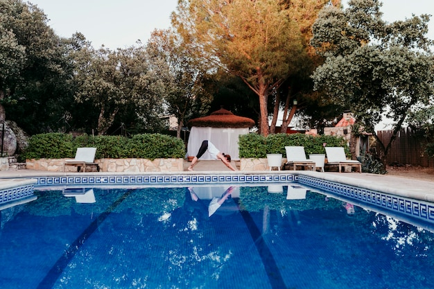 Retrato de jovem (fitness, yoga, corpo saudável) na piscina