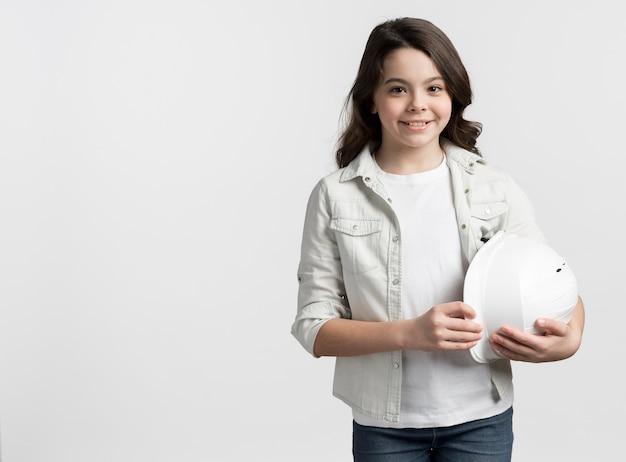 Retrato de jovem garota segurando um capacete