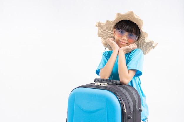 Retrato de jovem garoto asiático com mala de viagem