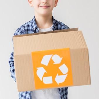 Retrato de jovem gato segurando a caixa de reciclagem