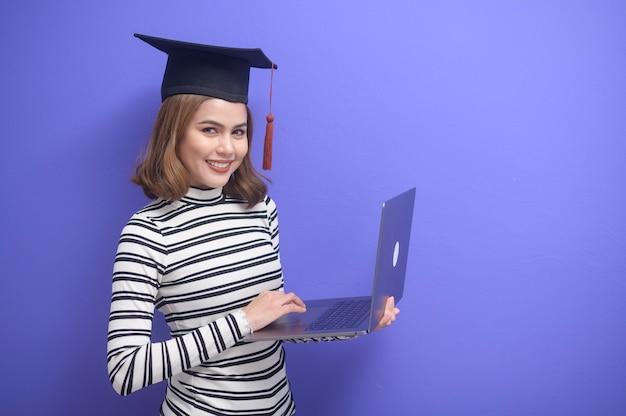 Retrato de jovem graduada em fundo azul