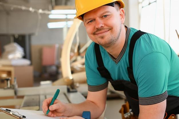 Retrato de jovem homem atraente no trabalho