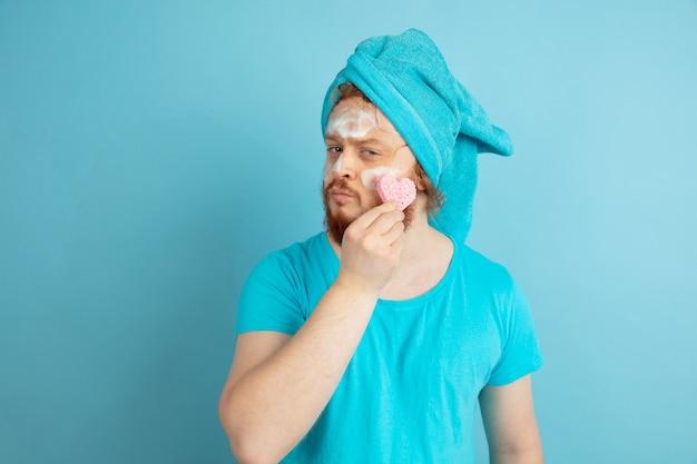 Retrato de jovem homem caucasiano em seu dia de beleza e rotina de cuidados com a pele