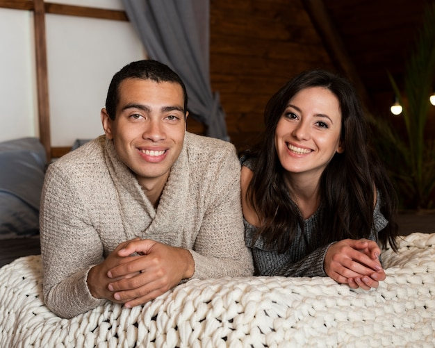 Retrato de jovem homem e mulher sorrindo