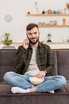 Retrato de jovem homem falando ao telefone