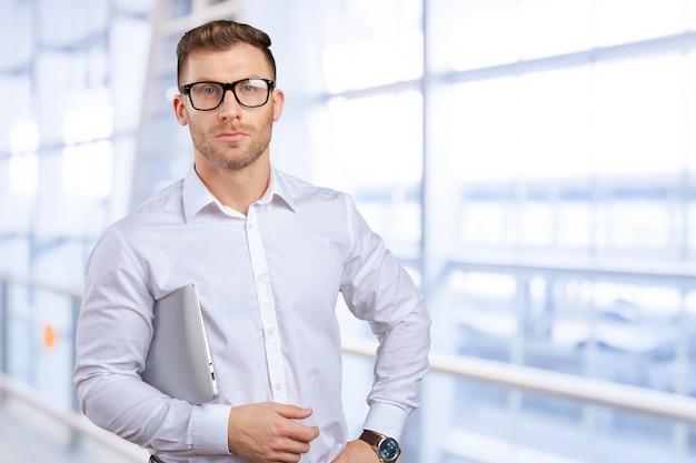 Retrato, de, jovem, homem negócios, com, laptop