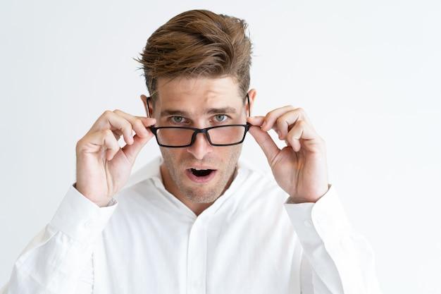 Retrato, de, jovem, homem negócios, em, óculos, olhar, em, surpresa