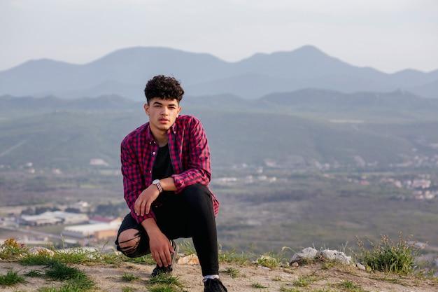 Retrato, de, jovem, homem viajante, posar, ligado, colina