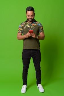 Retrato de jovem indiano barbudo em verde