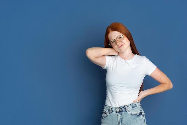Retrato de jovem isolado na parede azul, copyspace